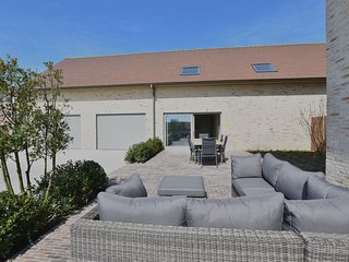 Spacious and well-cared for holiday home in the middle of the polders and close