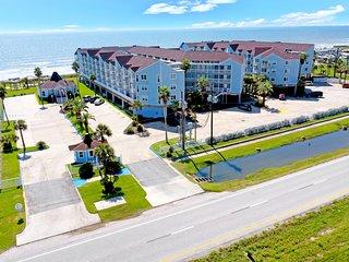 NEW LISTING! Delightful condo w/ocean views, shared pool & hot tub!
