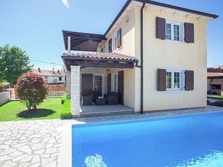 Very nice villa with large well maintained garden and pool, ideal for 8 people