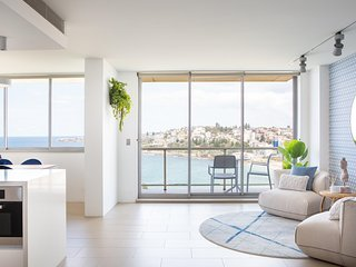 Coogee Beach Apartment With Parking & Ocean Views