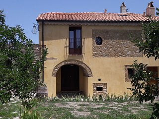 Holiday home on an estate, surrounded by citrus and olive trees, 7 km from the s