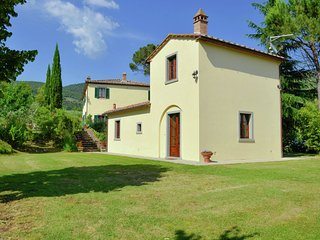 Villa with private pool, 3 km from Cortona, 3 apartments