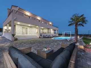 Superb 5* villa  with heatable pool terrace, 4 en suite bedrooms,  5 km from sea