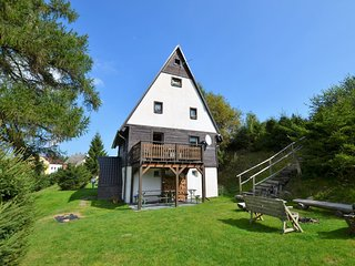 Detached house with garden and terrace. Sauna and stube with fireplace, 1km of s