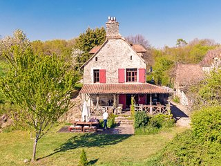 Farm and separate guest house with beautiful views of the valley.