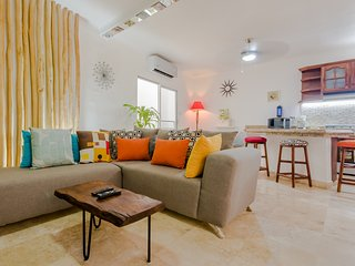 SUPER LOCATION!☀️Spacious 1-bdr☀️POOL☀️1 block to BEACH and 5TH AVE ☀️(C1)