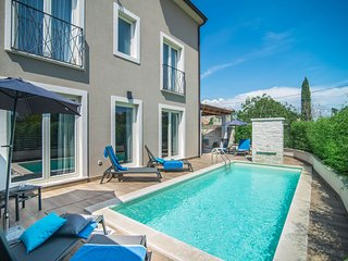 Beautiful, detached villa with swimming pool, 15 minutes by car from Rovinj