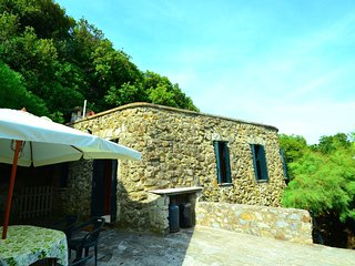 Beautifully situated detached cottage with view on and private access to the sea