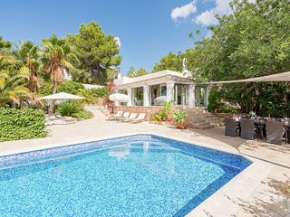 Quietly situated house with lovely garden and panoramic sea views