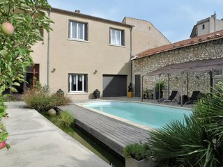 Beautiful and stylish town house with private swimming pool in the middle of Cav