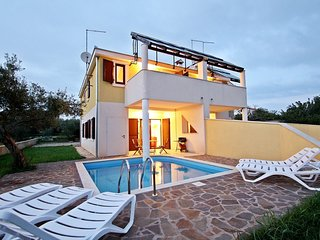 Luxurious Holiday Home in Novigrad with Private Pool