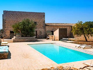 The property has easy access to nearby cities of Scicli, Ragusa-Ibla, Noto and S