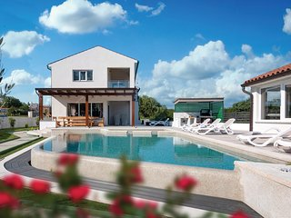 Beautiful home in Marcana w/ Outdoor swimming pool, WiFi and 5 Bedrooms (CIR400)