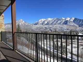 Luxury Condo - Amazing Views - Decks - Walk to Slopes