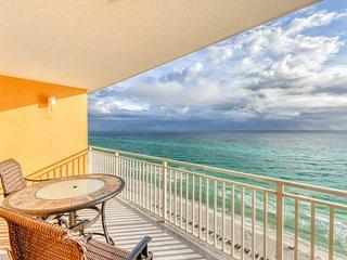 Beachfront, high-end condo w/shared resort amenities - walk to restaurants!