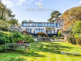 The Seascape, luxury 3 bed apartment with panaramic sea views, garden & hot tub