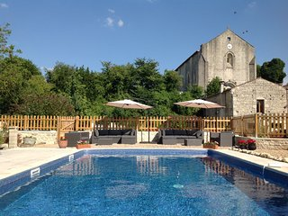 Cottage with heated pool and games barn. In village with shop, bar and chateau.