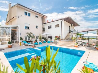 Apartment Complex Suzy with Common Pool in Novi Vinodolski / Rustical furnished