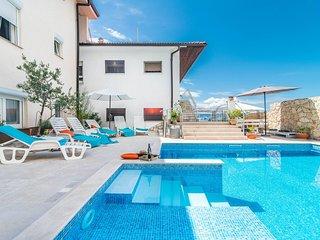 Apartment Complex Suzy with Common Pool in Novi Vinodolski / Standard Ground