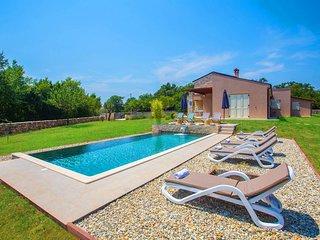 Villa Marten mit umzauntem Garten und eigenem Infinity-Pool