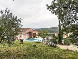 Villa Bribirka ein schönes ruhiges Ferienhaus mit Pool