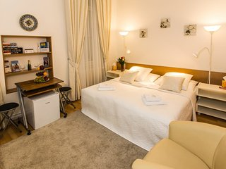 Old town square three bedroom apartment by easyBNB
