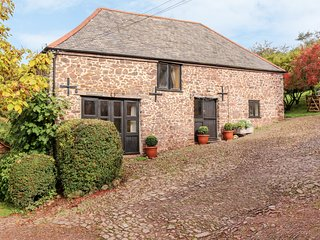 ALLENSDOWN BARN, shared pool, woodburner, near Sampford Peverell