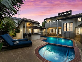 Stunning villa w/ heated pool, outdoor bar & grill - 1 block to the beach!