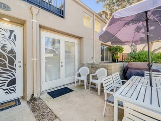 Lovely, dog-friendly condo w/ patio - close to beach & town