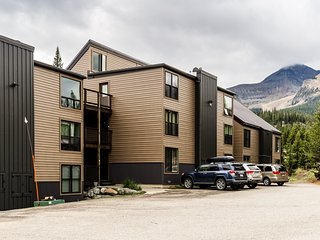 Forest view condo w/beautiful mountain views - located close to Big Sky lifts!