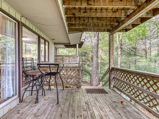 One bedroom condo at the base of Sugar Mountain w/private balcony & porch swing