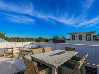 Rooftop deck w/panoramic views; walk to shops, bars & restaurants or enjoy our h