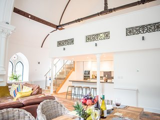 Old Chapel Loft - Stunning converted chapel in Truro centre with parking!
