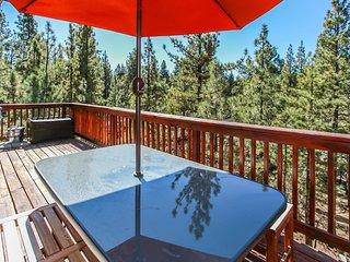 Treetop Getaway Spacious 4 BR Cabin w/ Pool Table