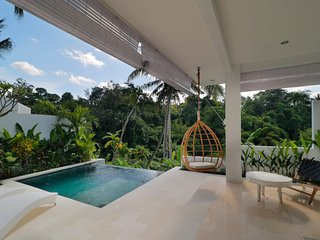 Romantic Jungle Villa, 1 BR, Ubud w/ staff