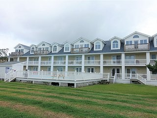Two story condo with two master suites located near Silver Lake Harbor-Pet