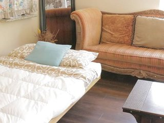 WR5 - Coziest Futon in Sac + Amazing Home Vibe!