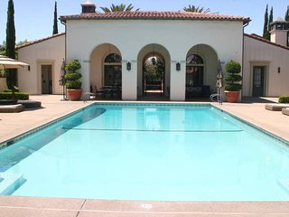 DH: Modern Comfort, Great Location, Heated Pool