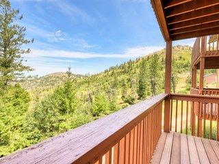Cozy condo w/ shared hot tub & sauna, valley views, ski-in/ski-out access.