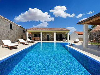 Beautiful Villa Petra with Summer Kitchen and Pool
