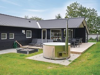 Awesome home in Ebeltoft w/ Sauna, WiFi and 6 Bedrooms (D14406)