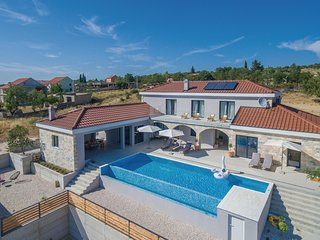 Nice home in Kakma w/ Outdoor swimming pool, Jacuzzi and WiFi