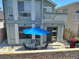 30 Seconds to Beach/Dolphins! Sparkling clean! Garage Parking/Bikes/WiFi/Washer!