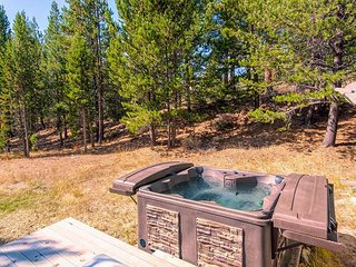 Updated 3BR on Large Wooded Lot w/ Deck & Hot Tub – Near Camp Richardson