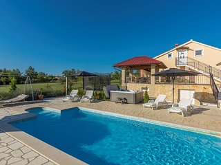 Villa Ivda with Heated Pool in Porec Area
