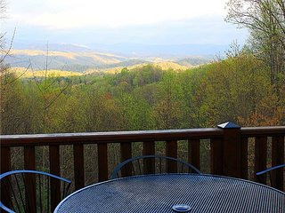 Mountain Melody-Large Log Home, HotTub, Pool Table