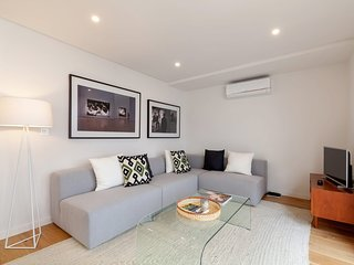 Modern 2 Bed Apt w/Terrace & Sleeps 5 nr Rato