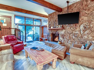 Mountain condo w/semi-private gated patio, free ski shuttle, near golf & lake!