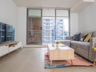 Modern and Spacious 1bed1bath Mascot APT +parking