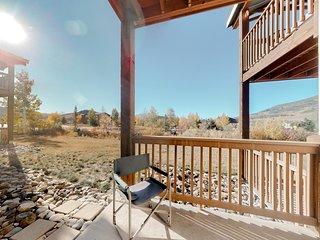 Ground-level condo w/ porch & great mountain views - walk to restaurants!